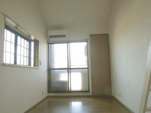 角部屋で出窓があるため採光良好です♪